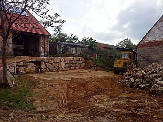 Hofanlage befestigen und Steinmauer legen